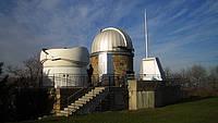"""Ansicht der Sternwarte von Aussen: Links: Südkuppel mit DLR-Projekt Mitte: Hauptkuppel mit historischem Zeiss-Refraktor, davor abschiebbarer Schutzbau für Starfire-Teleskop Rechts: Umhausung für 16""""-Newton-Teleskop"""